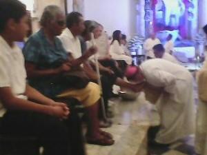 En ceremonia ayer por la tarde en la SI Catedral, el obispo José Francisco González González recreó la ceremonia del Lavatorio, como Jesús lo hizo con sus apóstoles.